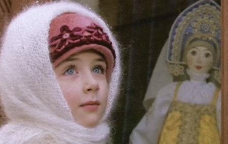 Маленькая девочка (Диана Шпак) у рождественской витрины